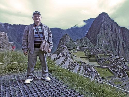 Un senior en vacances au Pérou